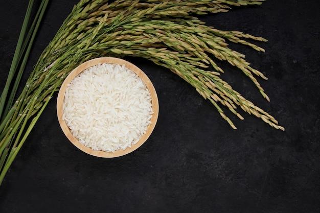 木製のボウルにタイのジャスミンライス白米