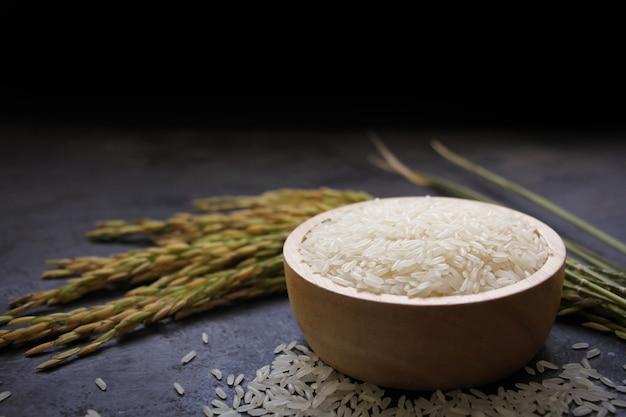 나무 그릇에 태국 재스민 쌀 흰 쌀