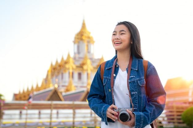 タイの女性がバンコク市内を旅行