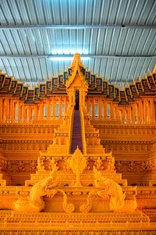 Sakon nakhon province, thailand의 왁스 성 축제에서 조각 된 태국 문학 패턴