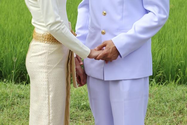 Тайский любовник держит женщину за руку для свадьбы