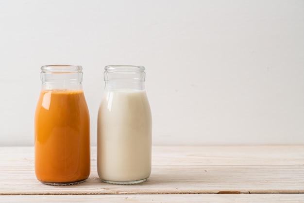 瓶の中の新鮮な牛乳とタイのミルクティー
