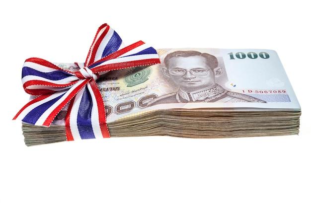 白い背景にタイのお金。