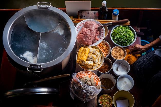 Тайская еда лапши делая на плавая шлюпке в плавая рынке таиланде