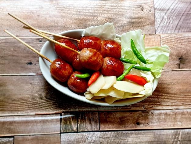タイ北東部のソーセージはキャベツ生姜と唐辛子と一緒に食べるタイでとてもおいしい食べ物