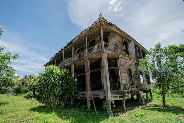 태국 오래 된 나무 집 고장