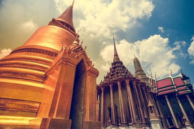 Тайская пагода в королевском дворце великого короля в ват пхра кео, бангкок, таиланд, красивая достопримечательность