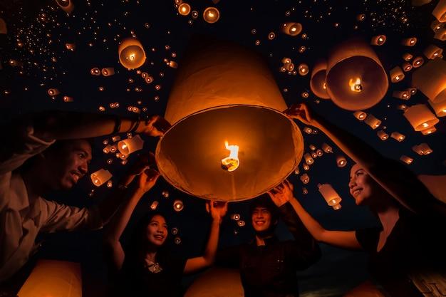チェンマイのイーペンフェスティバルでランプをフローティングタイの人々