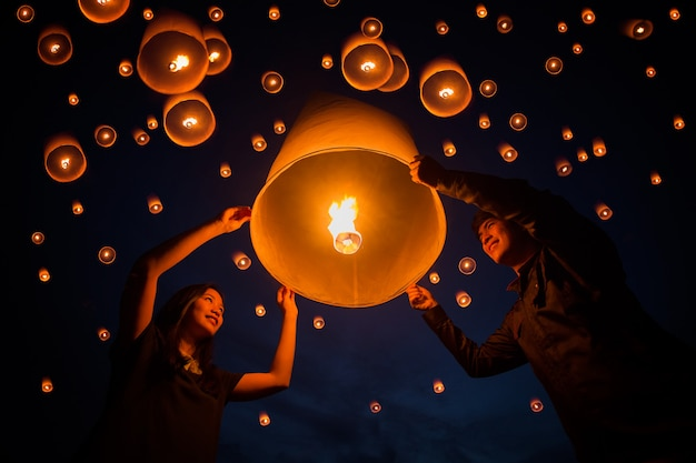 Yeepeng祭でランプをフローティングタイの人々