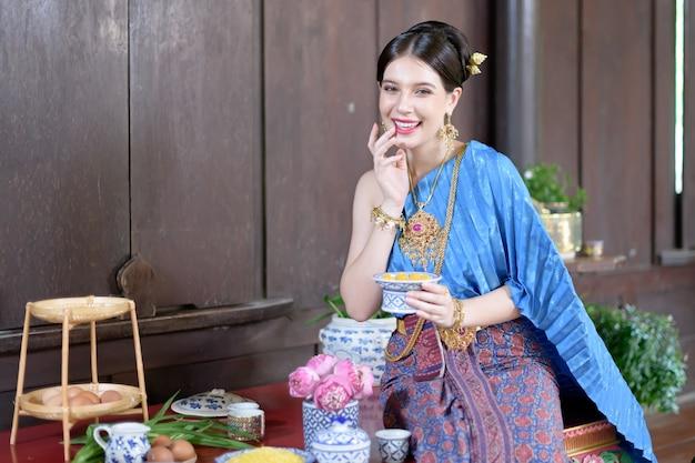 タイの人々はタイの時代の衣装でタイのデザートを作ります
