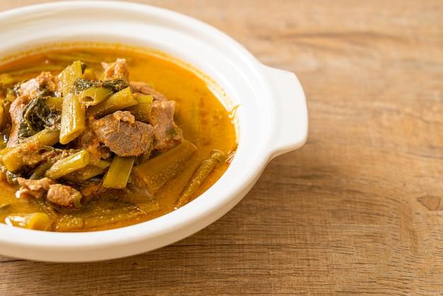 나팔꽃과 태국 돼지 고기 카레. 태국 음식 스타일