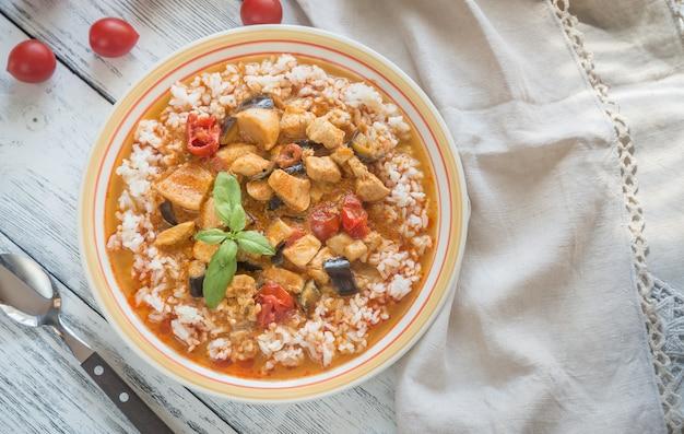 Тайское красное карри с курицей и белым рисом