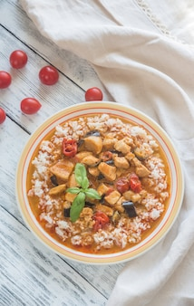 흰 쌀과 태국 레드 치킨 카레