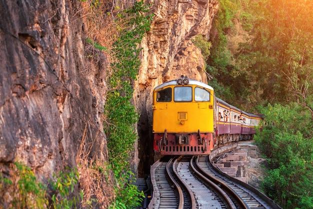 タイ、カンチャナブリのタイのレトロな列車。