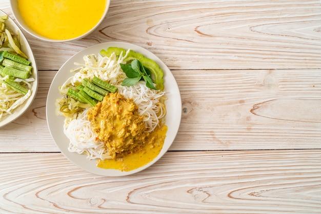 Тайская рисовая лапша с крабовым карри и разнообразными овощами - местная южная тайская кухня