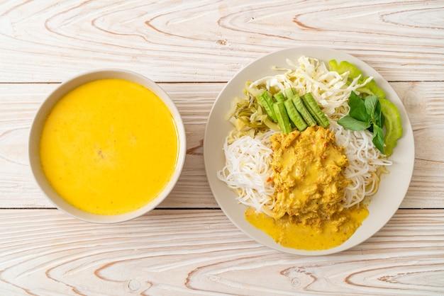 크랩 카레와 다양한 야채를 곁들인 태국 쌀국수-태국 현지 남부 음식