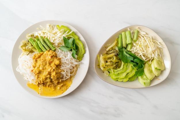 カニカレーと様々な野菜を使ったタイのライスヌードル