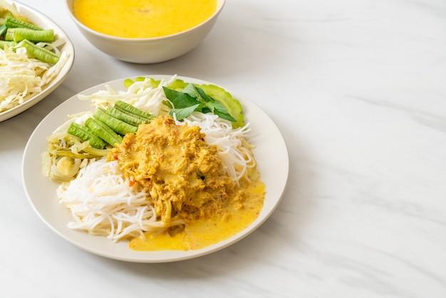 Тайская рисовая лапша с крабовым карри и разнообразными овощами