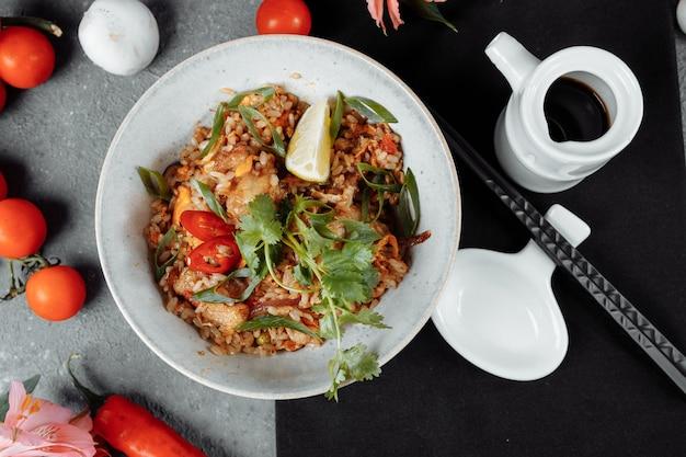 Тайский рис с курицей и овощами место для надписи
