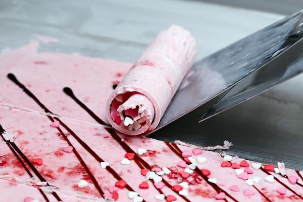 타이 롤 아이스크림은 냉동실에서 손으로 만들어집니다. 천연 베리와 재료로 만든 달콤한 디저트. 음식을 만드는 과정.