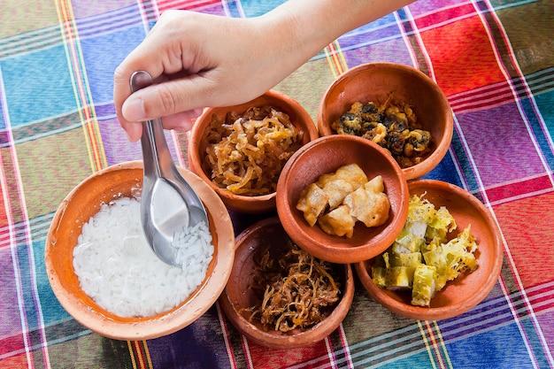 タイ王国料理。冷たい水の中での乾いたお米、調味料で食べたもの、氷の中の米、食品fo