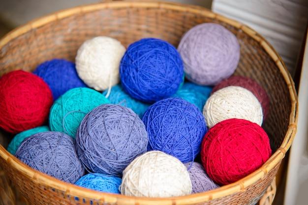 タイの絹の繭と美しい色とりどりの絹糸は手作りです