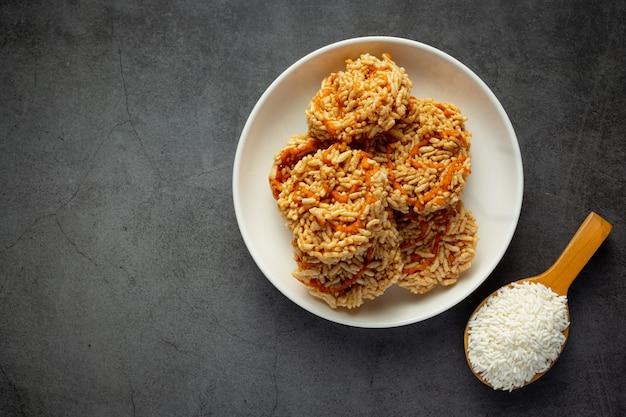 Spuntino tailandese; kao tan o cracker di riso in una ciotola bianca