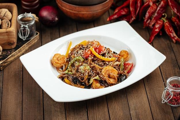 Тайская лапша соба вок с креветками и овощами