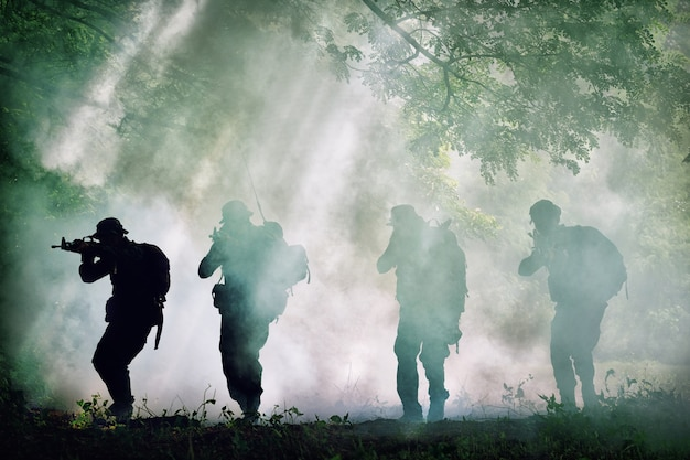 전체 군대 유니폼 총을 들고 태국 군인