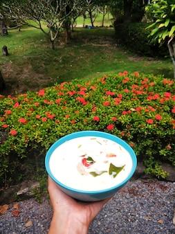 ココナッツミルク入りタイスープ。熱帯の島での料理。