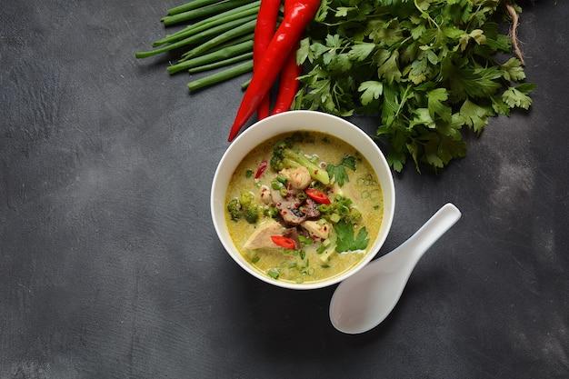 ココナッツミルク、マッシュルーム、ブロッコリーを添えたタイのスパイシーグリーンカレーチキンスープ。
