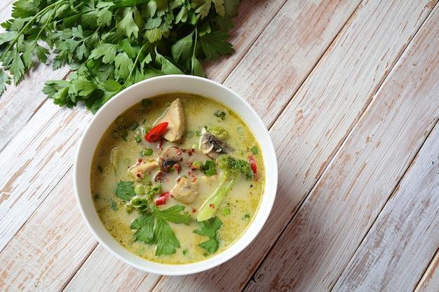 코코넛 밀크, 버섯, 브로콜리를 곁들인 타이 스파이시 그린 커리 치킨 수프.