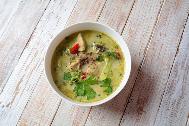 タイのスパイシーグリーンカレーチキンスープとココナッツミルク、マッシュルーム、ブロッコリー。