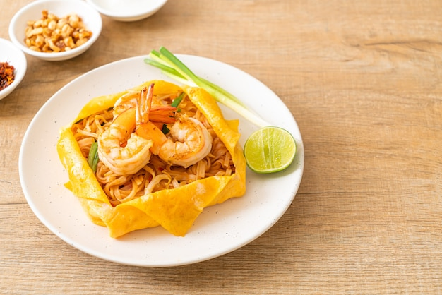 エビと卵のラップが付いたタイの炒め麺(パッタイ)-タイ料理のスタイル