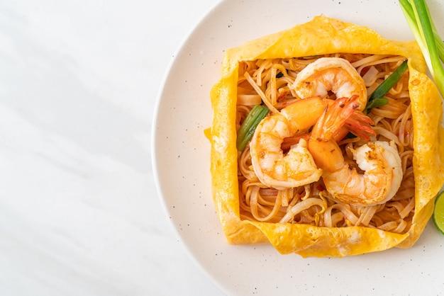 エビと卵のラップが入ったタイの炒め麺(パッタイ)
