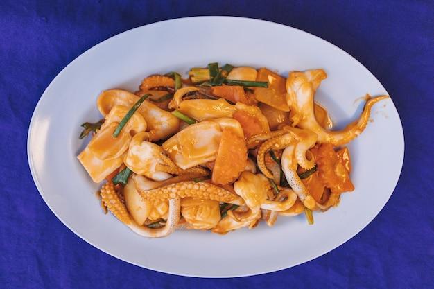 소금에 절인 계란 노른자를 곁들인 태국식 오징어 볶음