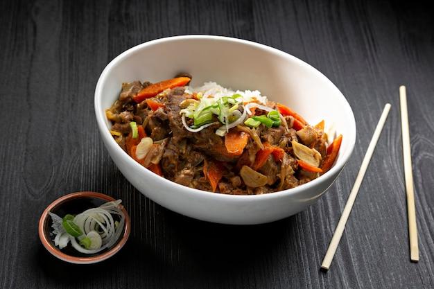 Цукаты из говядины по-тайски с белым рисом