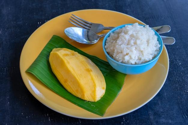 タイ風デザート、もち米を盛り付けたマンゴー