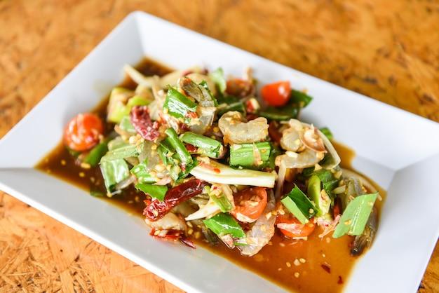 하얀 접시에 태국 스타일 매운 해산물 소스 새우 새우 샐러드