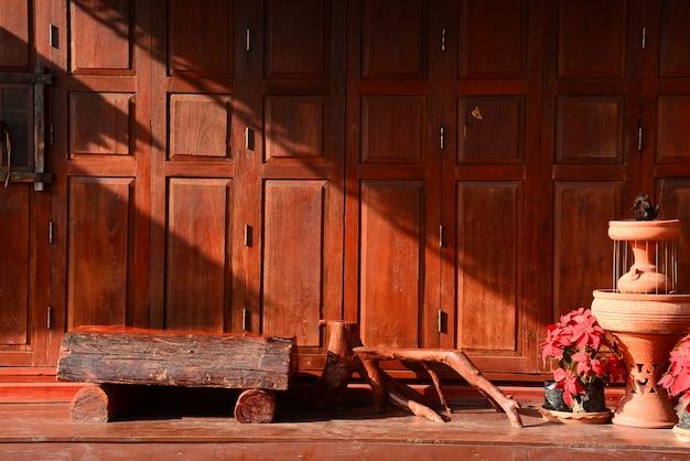 Chaingkhanタイのテラス付きタイスタイルのヴィンテージ木製ドア