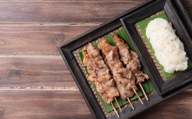 タイ料理のグリルした豚肉と粘りのある米