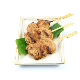 흰색 배경에 분리된 태국식 돼지고기 바베큐(구운 돼지고기), 태국 현지 음식