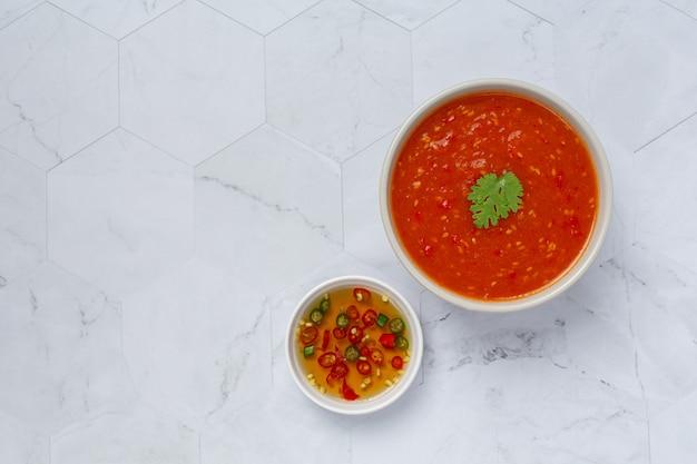 Тайский острый соус сукияки в белой крошечной миске