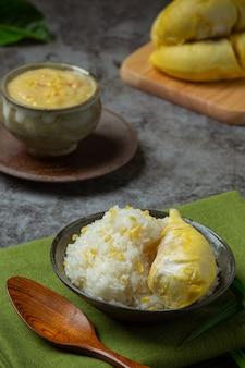 タイの甘いもち米とデザートのドリアン。