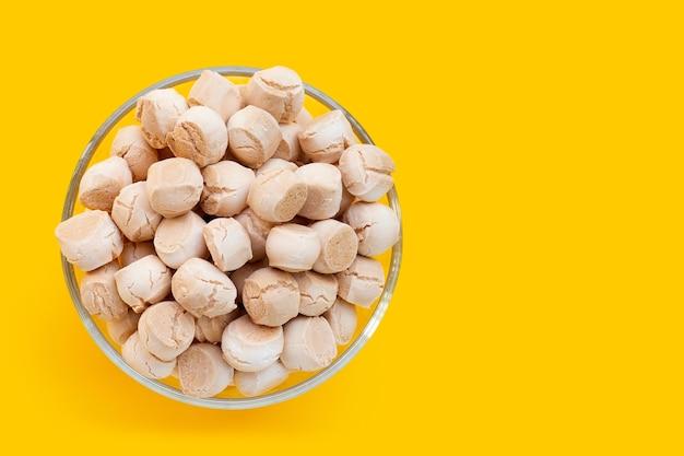 ガラスのボウルに小麦粉、卵、砂糖で作られたタイのお菓子。タイ語の呼び出し「khanomping」
