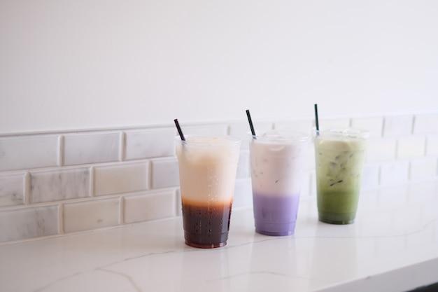 Тайский чай, чай с молоком таро, зеленый чай маття на белом фоне