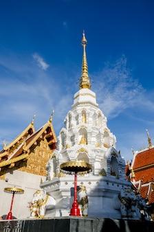 태국 사원과 푸른 하늘