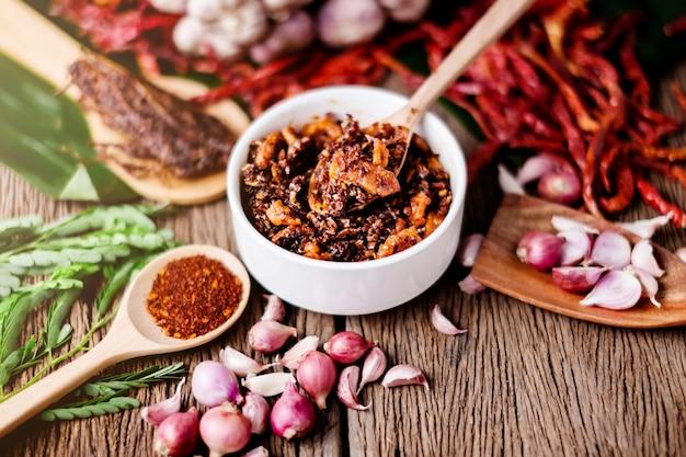 タイの伝統的なスタイルのスパイシーなディップマッドfropの豚肉とスパイシーとハーブのshirmp