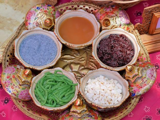 4つのデザートを食べるタイの伝統