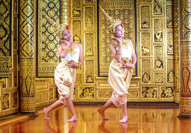 Традиционное тайское платье. молодые актеры ребенка исполняют тайские древние танцы